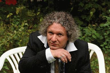Seine Werke sind musikalisch inspiriert: Der Autor und Gitarrist Thomas Kunst. Foto: Mayjia Gille